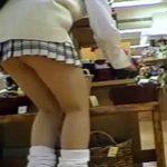 【JKパンチラ盗撮動画】生理タンポンの紐をブラ下げたまま買い物をする女子校生を逆さ撮りww