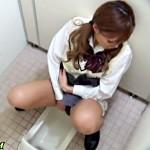 【無修正盗撮動画】学校の女子トイレで指オナニーをするギャル女子校生を隠しカメラで学園盗撮…
