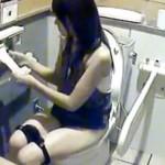 【トイレ盗撮動画】行列が出来る公衆便所で素人ギャルが次々とオシッコ…マン毛濃い女を隠し撮りww