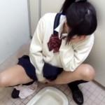 【無修正盗撮動画】学校の和式トイレでオシッコ後に指オナニーで身体をビクつかせるロリ可愛い女子校生…