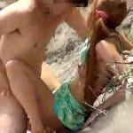 【青姦盗撮動画】シーズン後の海はカップルの青姦だらけww人気のないビーチで日中から野外セックスww