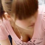 【素人胸チラ盗撮画像】ロリ可愛い女の子が貧乳から乳首ポロリをした決定的な瞬間を街で隠し撮りww