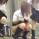 【JKおしっこ盗撮動画】ピンクの派手なパンツをズラして制服女子校生達が一斉に野ションwww