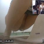【無修正盗撮動画】花火大会で行列出来る公衆トイレ…モデル体型のパイパン素人が我慢し過ぎて豪快放尿ww
