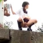 【JCJKおしっこ盗撮動画】制服女子が学校から帰宅中に尿意を催し土手から豪快に野ションwww