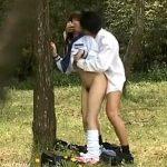 【青姦隠撮動画】帰宅中の公園で野外セックスする女子校生…立ちバックで挿入を隠し撮りww