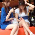 【パンチラ隠撮動画】ミニスカワンピでパンツが丸見え…ポケモンGoに夢中でパンモロに気付かない女性ww