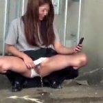 【おしっこ隠撮動画】驚異的な勢いでオシッコを飛ばす女子校生の悪ふざけ野ションを隠し撮りww